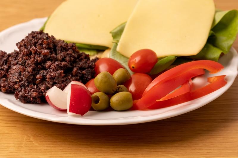 Бутерброды, оливки и овощи